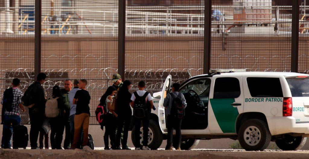 EU cierra dos centros de detención de migrantes por maltratos
