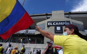 Un aficionado ondea una bandera de Colombia durante las protestas contra la Copa América, (Foto: Reuters).