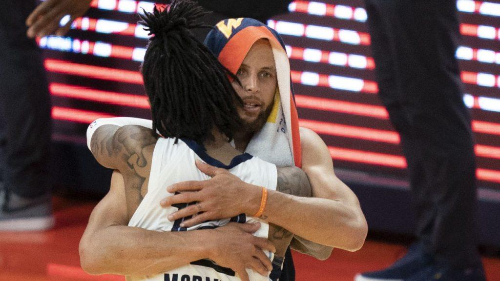 Ja Morant y Stephen Curry se abrazan tras el triunfo de Grizzlies. (Foto: Reuters).