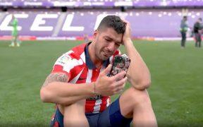 Luis Suárez llora mientras habla por teléfono con su familia. (Captura de video).