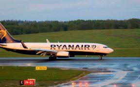 Gobierno de Bielorrusia ordena regresar a un avión para detener a opositor; EU exige su liberación