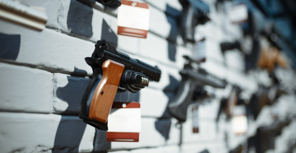 Venta de armas en EU creció durante la pandemia; 17 millones de personas compraron al menos una en 2020