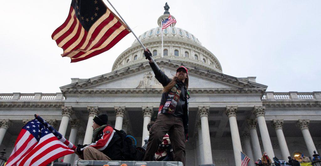 Encuentran vínculos entre hombre acusado de llevar armas al Capitolio y la milicia de Texas