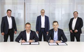 Flick y Bierhoff, durante la firma del contrato. (Foto: @DFB_Team).