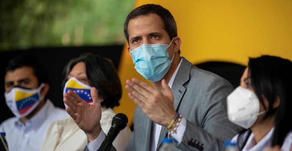 Juan Guaidó desmiente que llegaran a Venezuela más de un millón de vacunas, como dijo Nicolás Maduro