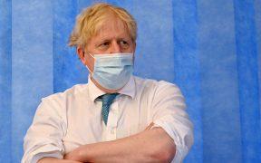 """Boris Johnson niega que su gestión de la pandemia haya """"costado vidas"""""""