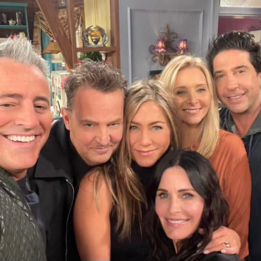 En la reunión de 'Friends' vuelven escenas icónicas de la serie; Lisa Kudrow y Lady Gaga cantan 'Smelly Cat'