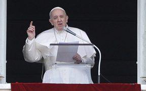 Papa Francisco insta a vacunarse contra la Covid-19; lamenta que haya cardenales anti vacunas