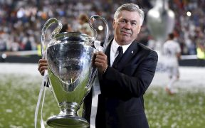 Carlo Ancelotti posa con la Champions que ganó con el Real Madrid en 2014. (Foto: EFE).