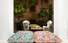 Versace abrió una espectacular tienda de muebles y artículos para la decoración en Milán