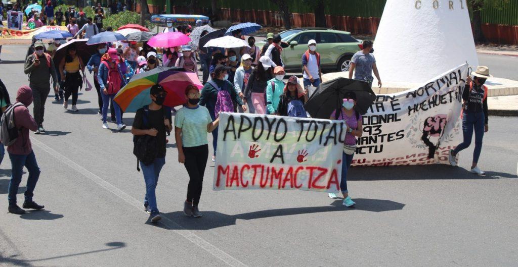 """Liberan a normalistas recluidos en el penal """"El Amate"""", en Chiapas"""