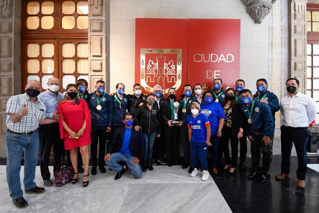 Sheinbaum compartió una imagen de la reunión con Cruz Azul. (Foto: @Claudiashein).