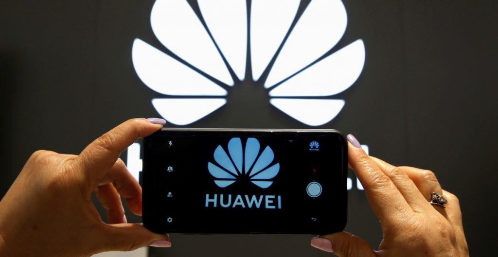 Biden amplía prohibición que niega inversión de EU a Huawei y otras empresas chinas