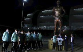 Los jugadores de la Albiceleste posaron junto a la estatua de Maradona. (Foto: EFE).
