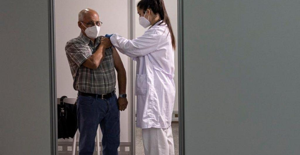 Superar la Covid reduce el riesgo de reinfección durante al menos 10 meses, afirma estudio británico