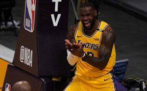 LeBron James, frustrado en el partido ante Suns. (Foto: Reuters).