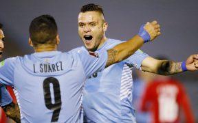'Cabecita' festejaba con Luis Suárez, pero su gol fue mal anulado. (Foto: Reuters).