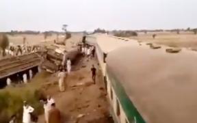 Mueren al menos 25 personas por choque de trenes en Pakistán