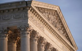 Corte Suprema de Estados Unidos falla en contra de inmigrantes con estatus temporal