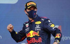 El emotivo festejo de 'Checo' Pérez tras ganar el Gran Premio de Azerbaiyán. (Foto: Reuters).