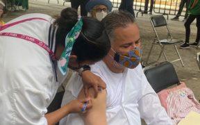Santiago Nieto y Carla Humphrey del INE se vacunan en la CDMX contra Covid-19