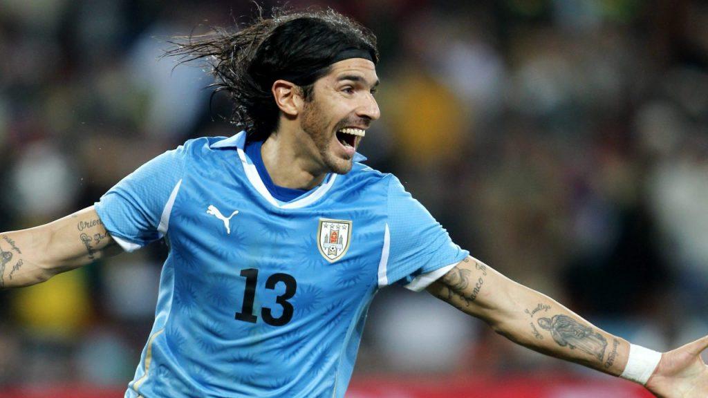 Abreu festeja con Uruguay tras su icónico gol ante Ghana en Sudáftica 2010. (Foto: EFE).