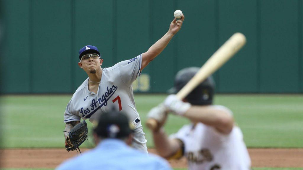 Julio Urías lanza en el juego frente a Pittsburgh. (Foto: Reuters).