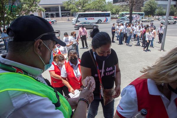 Heineken vacuna contra Covid-19 a sus empleados y al público general en Monterrey