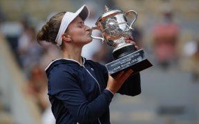 Barbora Krejcikova celebra su primer Grand Slam con el trofeo de Roland Garros. (Foto: Reuters).