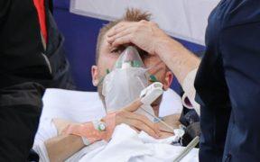 Eriksen lucía consciente al salir en camilla de la cancha. (Foto: Reuters).