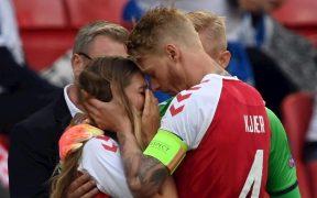 La novia de Christian Eriksen es consolada por Simon Kjaer. (Foto: EFE).