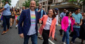 Harris se suma a marcha por el orgullo LGBTQ+; aboga por protección de comunidad transgénero