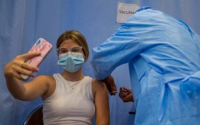Los anticuerpos perduran 12 meses después y aumentan con la vacuna