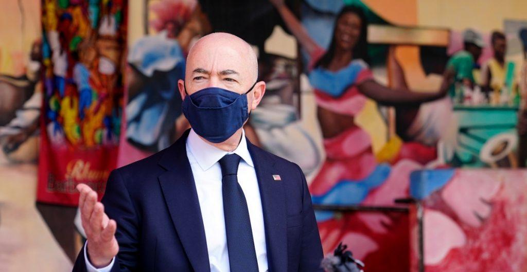 Alejandro Mayorkas llega a México para analizar posible reapertura de frontera con EU