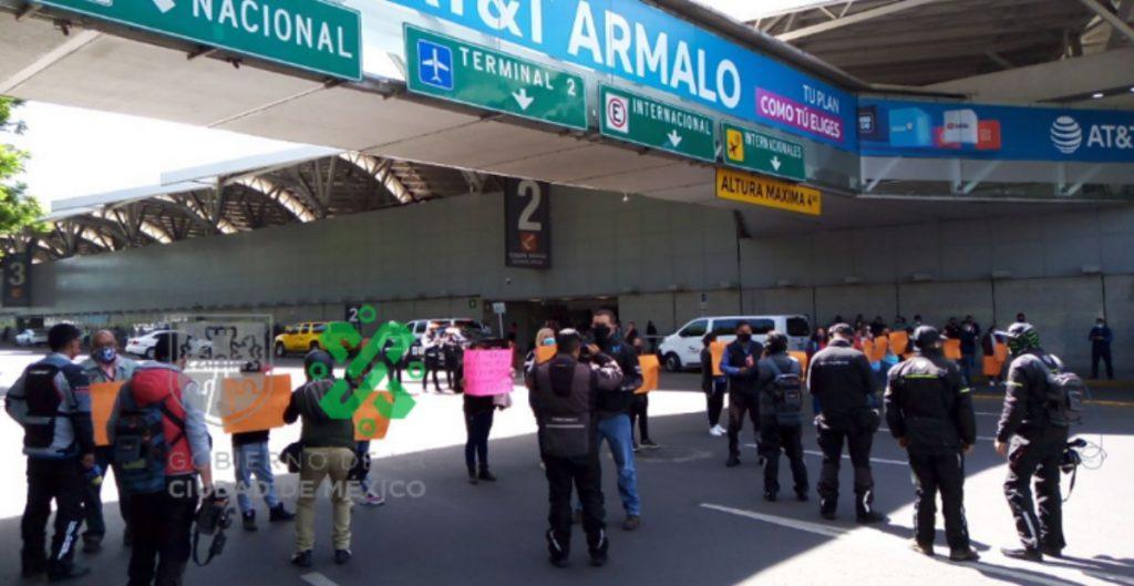 Familiares de menores con cáncer protestan frente al AICM e impiden acceso a la Terminal 1