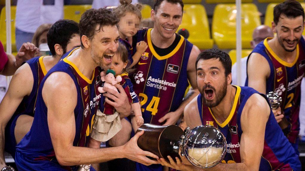 Gasol celebra el título de la Liga española con sus compañeros del Barcelona. (Foto: EFE).