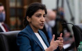Lina Khan presta juramento como presidenta de la Comisión Federal de Comercio de EU
