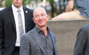 """Miles de personas firman una petición para """"no permitir"""" que Jeff Bezos regrese a la Tierra"""