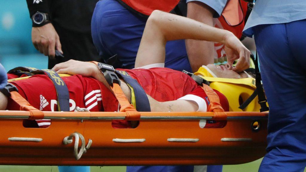 Fernandes salió en camilla rumbo al hospital. (Foto: Reuters).