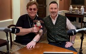 Elton John y David Furnish serán coanfitriones de YouTube Pride 2021; el evento se transmitirá el 25 de junio