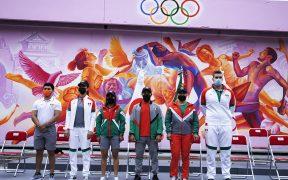 Los halteristas olímpicos modelaron los uniformes de la Delegación Mexcana. Foto: COM).