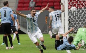 Guido Rodríguez celebra tras anotar el 1-0 ante Uruguay. (Foto: Reuters).