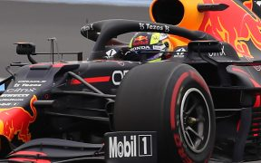 'Checo' Pérez mantiene a Red Bull en la pelea con Mercedes. (Foto: Reuters).