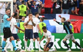 Los jugadores de Francia lamentan el empate, mientras el portero de Hungría lo festeja. (Foto: Reuters).