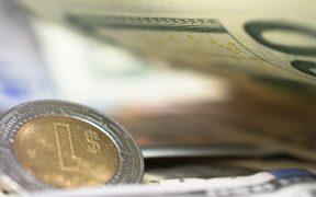 Peso rompe con cinco sesiones de pérdida; dólar baja a 20.98 unidades en bancos