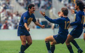 Ferretti celebra su gol con Luis García y Claudio Suárez. (Foto: Mexsport),