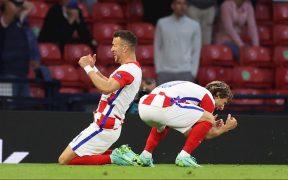Perisic y Modric festejan el tercer gol de Croacia ante Escocia. (Foto: EFE).