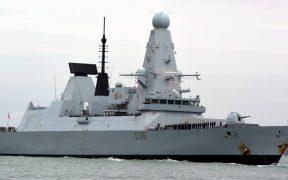 Nave rusa lanza disparos de advertencia a destructor británico