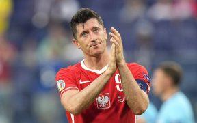 Lewandowski agradece a su afición tras la eliminación de Polonia. (Foto: EFE).