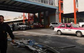 Cae plafón de un puente de estación de la Línea 2 del Metro; causa daños a dos autos